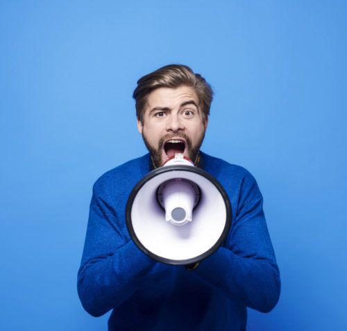 Homme criant dans un mégaphone